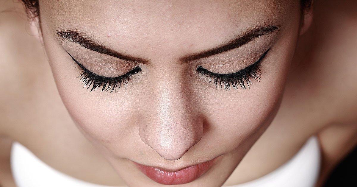 girl-with-eyelashes